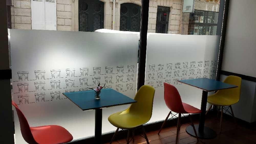 Adhésif acrylique permanent incolore pour la décoration des vitres grâce à son aspect verre sablé